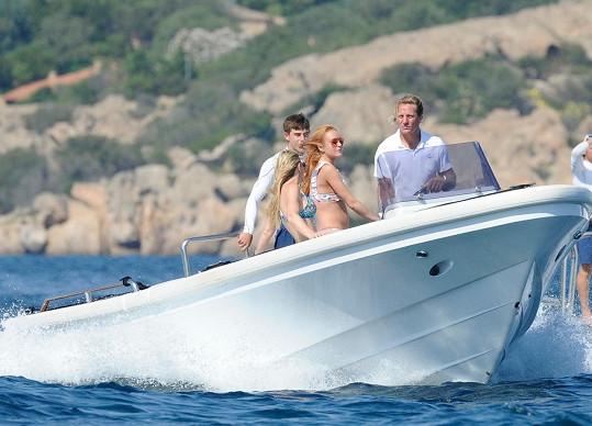 Herečka se po rozchodu vydala s přáteli na Sardinii.