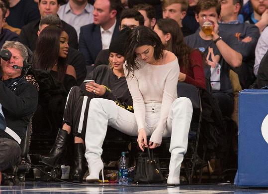 V New Yorku byla fandit svému novému příteli, který hraje basket za LA Clippers (na snímku s modelkou a kamarádkou Ireland Baldwin).
