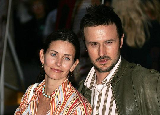 S bývalým Davidem Arquettem vychovávají dceru společně.