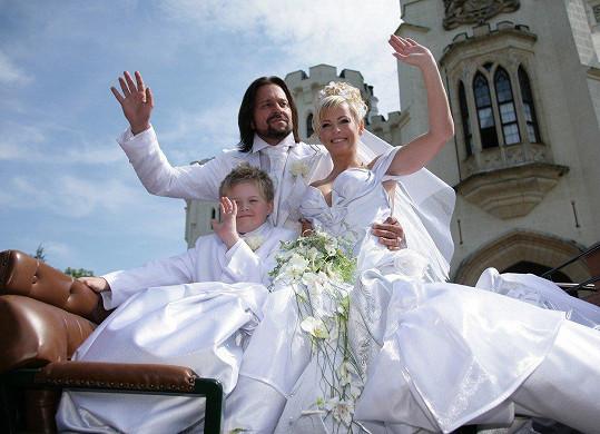 Snubní prstýnek jí navlékl Jiří Pomeje. Pohádkové svatby se zúčastnil i její syn Artur Štaidl.