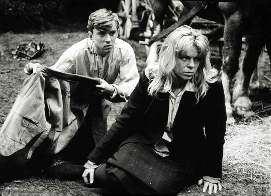 Jaromír Hanzlík a Iva Janžurová ve filmu Kočár do Vídně. Psal se rok 1966.
