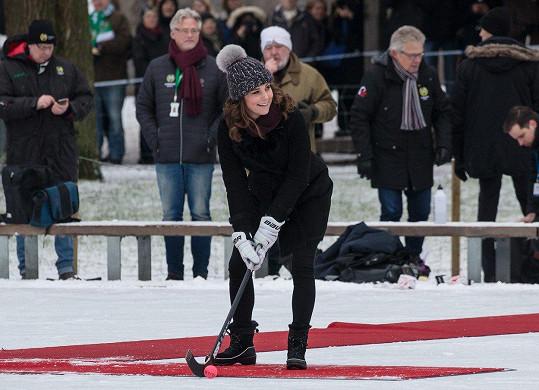 Vévodkyně Kate započala čtyřdenní návštěvu Švédska a Norska odpalem na bránu.