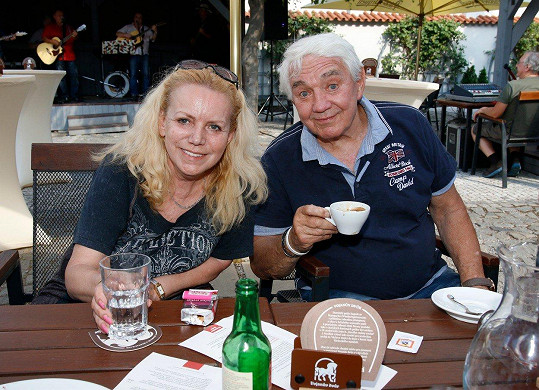 Nakonec ale popíjela hlavně vodu a její manžel Jiří Krampol si dal kávu.
