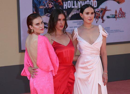 Na filmové premiéře se svými sestrami Scout (uprostřed) a Rumer (vpravo)