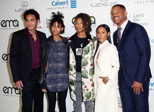 Will s dětmi a manželkou, zleva: Trey, Willow, Jaden, Jada a Will.