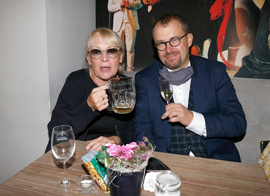 Petr Svojtka ml. s maminkou Kateřinou Macháčkovou, která byla první manželkou Petra Svojtky.