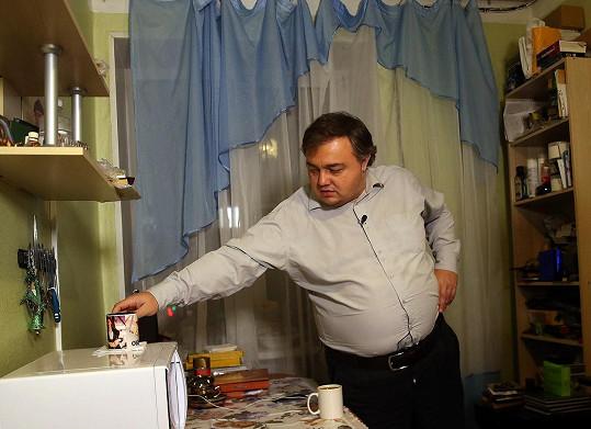 Burtsev žije v malém bytě nedaleko Moskvy a stal se součástí pořadu, který mu má pomoci zhubnout.