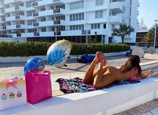 Claudia Romani na pláži