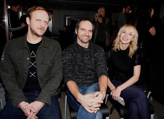Petr Vršek s Janem Hájkem (vlevo) a Janou Plodkovou na představení seriálu Černé vdovy