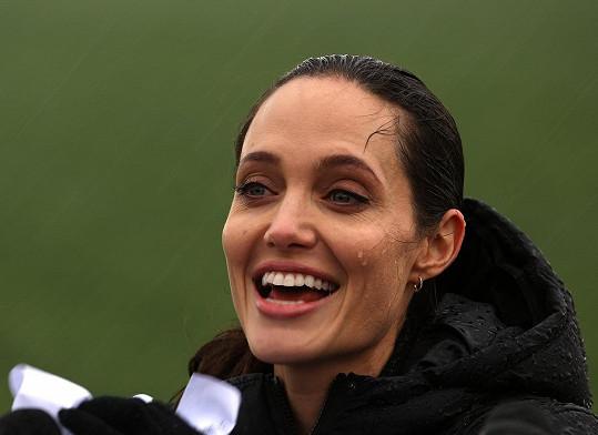 Angelina Jolie odpovídala na dotazy novinářů v dešti.
