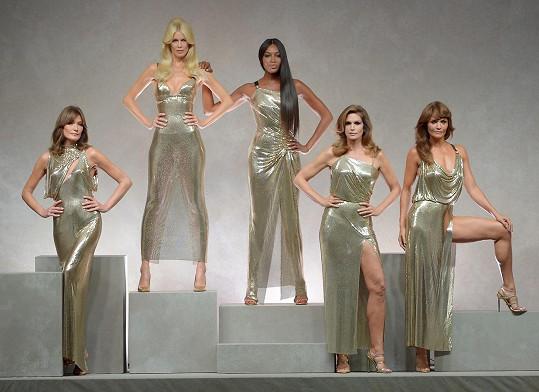 V roce 2017 Donatella Versace povolala supermodelky, aby uctily památku zakladatele rodinné značky Gianniho. Zleva Carla Bruni, Claudia Schiffer, Naomi Campbell, Cindy Crawford a Helena Christensen