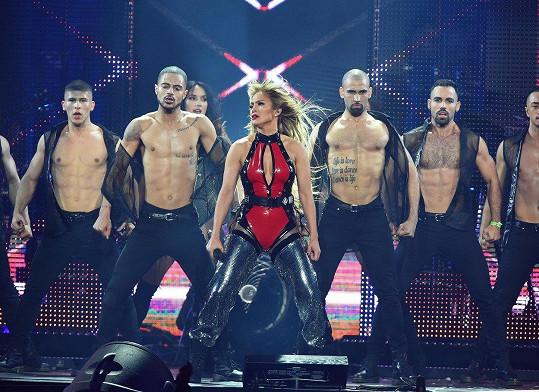 Na pódiu ji doprovázeli polonazí tanečníci.
