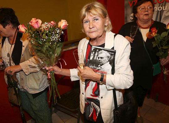 Radka Haničincová na křtu životopisné knihy o jejím manželovi Petru Haničincovi.