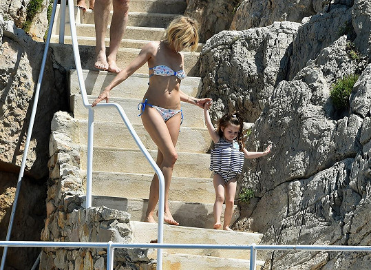 Sienna Miller vzala do Francie i dceru Marlowe.