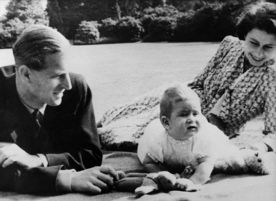 Philip s královnou a malým Charlesem