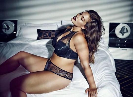 Ashley Graham dokazuje, že i plnější ženy mohou být sexy.
