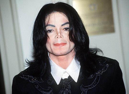 Michael Jackson vypadal po plastikách úplně stejně.