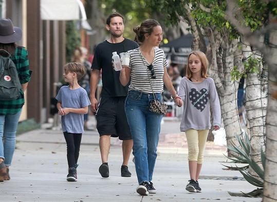 Manželé byli ještě v neděli s dětmi na procházce.