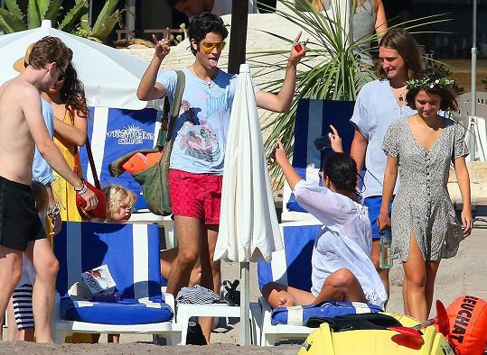 Zpěvák skupiny S.C.U.M. Thomas Cohen (uprostřed) tráví s Geldofovými i dovolené.