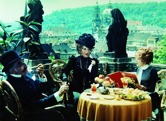 Miloš Kopecký, Květa Fialová a Olga Schoberová ve filmovém trháku Oldřicha Lipského Adéla ještě nevečeřela (1977)