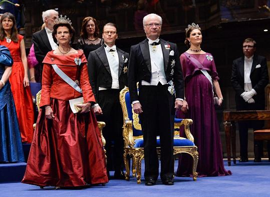 Královna Silvie Švédská, král Karel XVI. Gustav, princ Daniel a princezna Viktorie během jmenování laureátů Nobelových cen.