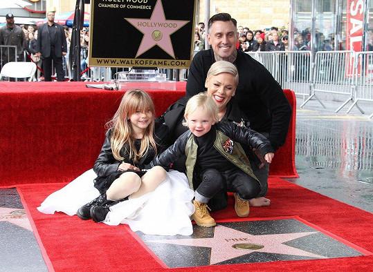Pink odhalila hvězdu s manželem a dětmi.