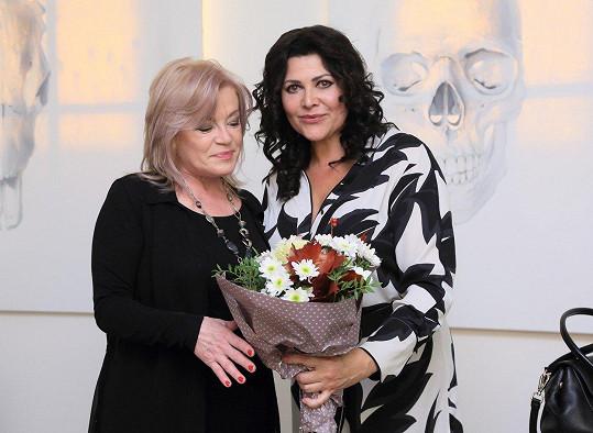 Ilona své kolegyni pokřtila album a ještě jí přinesla kytičku.