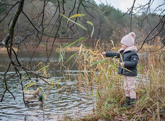Princeznička na snímcích s podzimní tematikou
