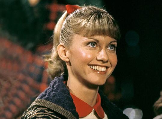 Olivia Newton-John neuměla napodobit americký přízvuk, z její postavy tak udělali Australanku.