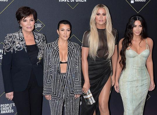 Na udílení diváckých cen je doprovodila i matka Kris Jenner.