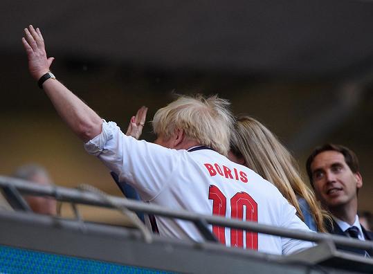 Boris Johnson fandil v anglickém dresu.