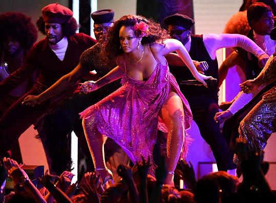 Rihanna předvedla vášnivý tanec.