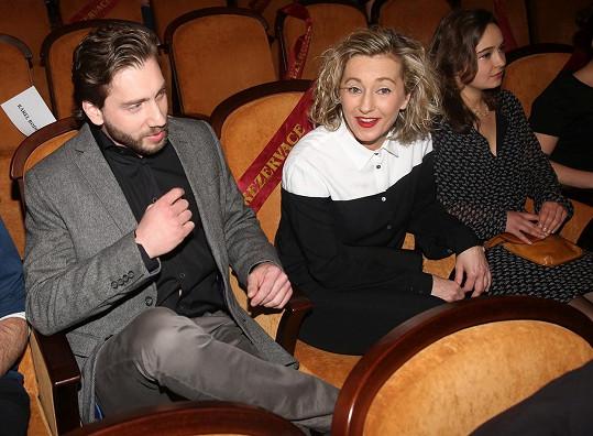 Vanda Hybnerová přišla na premiéru Rodinného filmu s fešným mužem a dcerami.