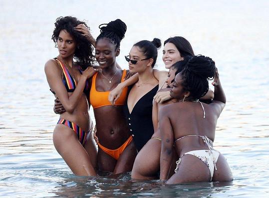 Modelky v čele s Jenner a Shaninou Shaik (s brýlemi) pózovaly v moři.