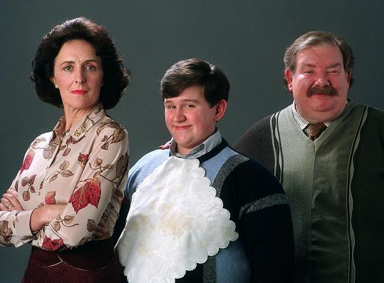 Harry Melling jako Dudley s filmovými rodiči Petunií a Vernonem Dursleyovými