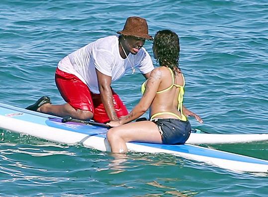 Dvojice si vyzkoušela i paddleboarding.