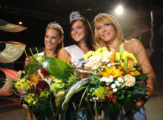 Kateřina se svými konkurentkami po výhře v soutěži před devíti lety.