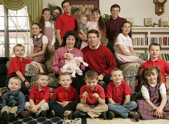 Josh (nahoře druhý zleva) se svými rodiči a sourozenci. Rodina se později ještě rozšířila.