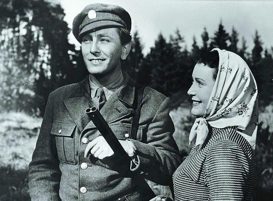 Květa Fialová ve své první velké roli. S Robertem Vrchotou ve filmu Plavecký mariáš (1952)