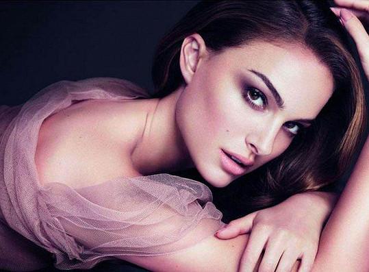 Takhle si ji možná vybavíte lépe. Tady pózuje v reklamě pro Dior.
