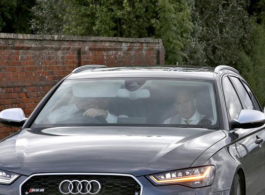 Ochranka veze mladý pár na večerní recepci k Middletonům.