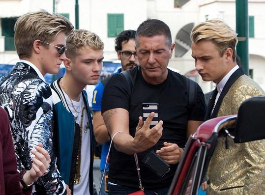 S Presley Gerberem (vlevo), Raffertym Lawem (druhý zleva) a Brandonem Thomasem Leem (vpravo) diskutoval o fotkách samotný Stefano Gabbana.