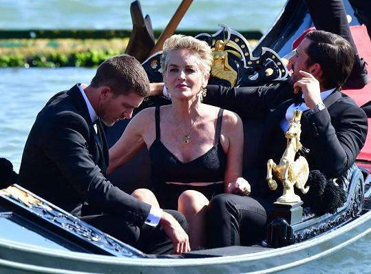 Když se o synovcově stavu dozvěděla, byla Sharon v Benátkách na přehlídce Dolce & Gabbana.