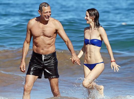 Takhle si Goldblum se svou třetí manželkou užíval dovolenou na Havaji.