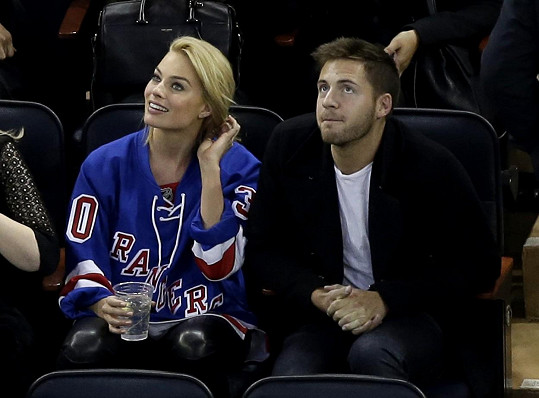 Margot s Tomem na zápase mezi Arizona Coyotes a New York Rangers