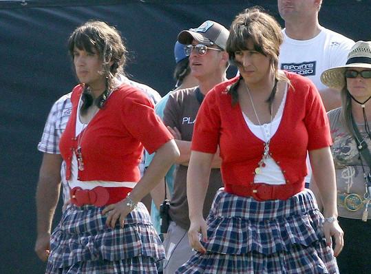 Někdy dvojníkům nezbývá nic jiného, než si vzít i takhle šílený kostým, jako měl Adam Sandler (na snímku vlevo) ve filmu Jack a Jill.