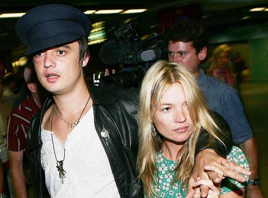 Kate Moss se s Petem rozešla až dost dlouho po uveřejnění snímků, na nichž šňupe kokain, kvůli čemuž jí hrozil konec kariéry.