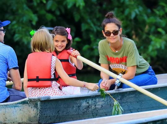 Katie vzala Suri a její kamarádku na lodičky.