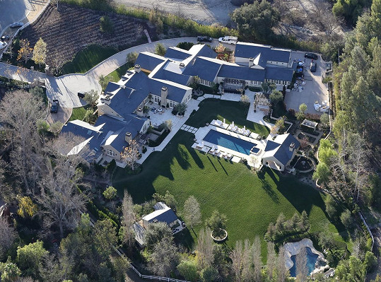 Sídlo v kalifornské čtvrti Hidden Hills je další z jejich nemovitostí.