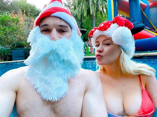 Aguilera se snoubencem Mattem poslala fanouškům k Vánocům tento vyprsený snímek z bazénu.